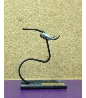 Figura taurina metálica con diseño anillas