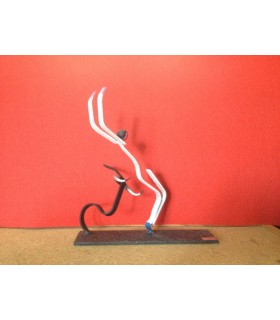 Figura taurina metálica con diseño de recortador y cabeza de toro.