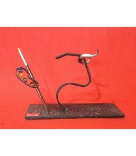 Figura taurina metálica con diseño de cabeza de toro y paleta de pintura.