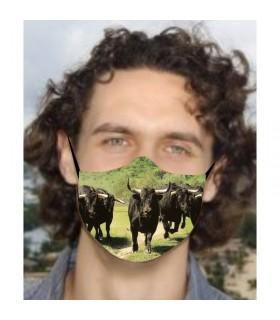 Mascarilla con toros en dehesa