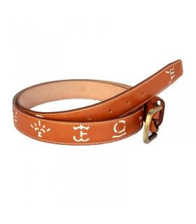 Cinturón marrón con hierros blancos