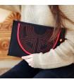 Bolso de mano de tela con adorno de esclavina.